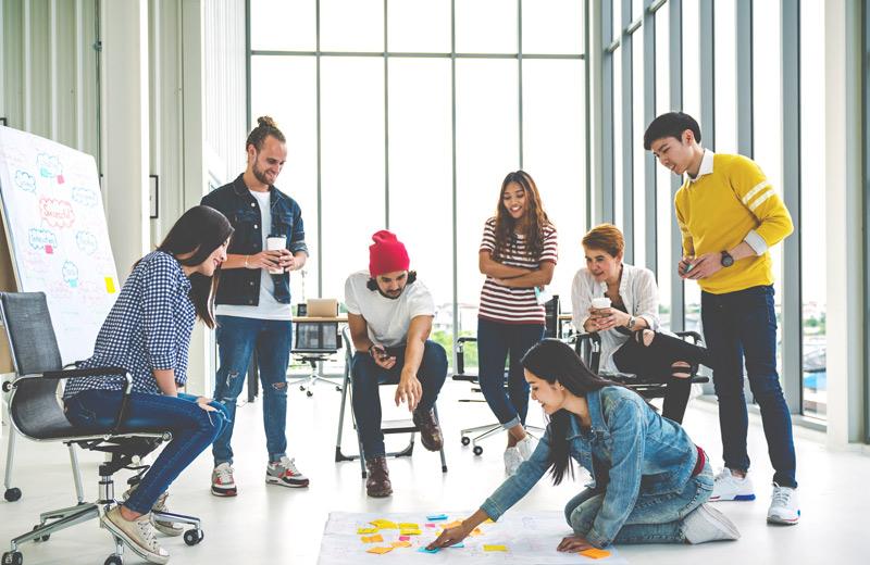 Eine Gruppe lernt das Konzept des New Leadership kennen
