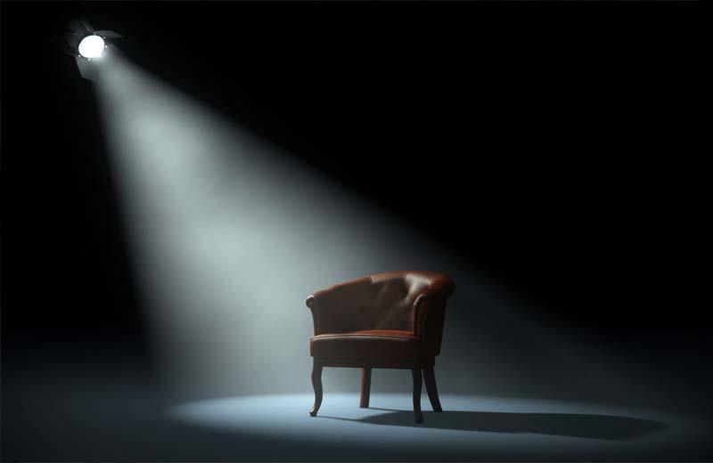 Ein Stuhl auf der Bühne repräsentiert die Persönlichkeit